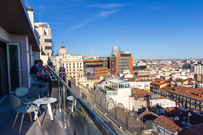 el-rooftop-del-hotel-aloft-madrid-gran-via-tiene-las-mejores-vistas-del-verano