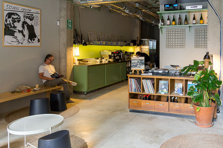 'proper-sound',-el-listening-bar-de-toma-cafe